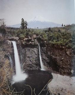 不思議な滝の写真.jpg